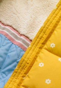 Boden - KUSCHELIGE 2-IN-1-JACKE MIT WATTIERUNG - Winter jacket - honiggelb, geometrisches blumenmuster - 2