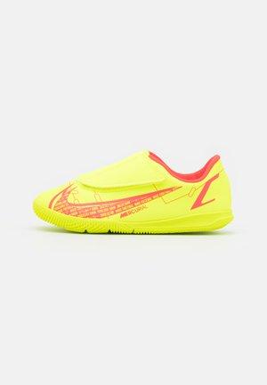 MERCURIAL JR VAPOR 14 CLUB IC UNISEX - Chaussures de foot en salle - volt/bright crimson