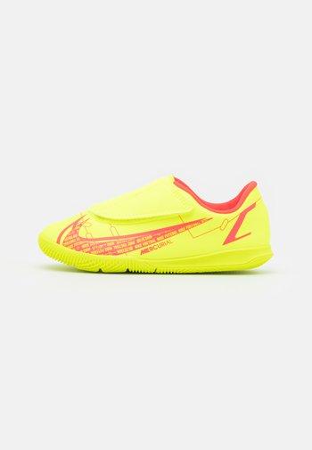 MERCURIAL JR VAPOR 14 CLUB IC UNISEX - Indoor football boots - volt/bright crimson