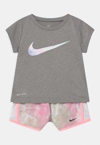 Nike Sportswear - SKY DYE TEMPO SET - Print T-shirt - arctic punch - 0