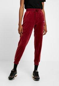 Nike Sportswear - PANT PLUSH - Träningsbyxor - team red/university blue - 0