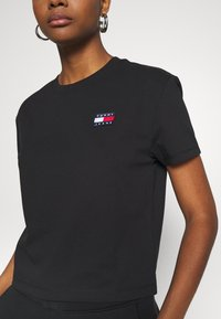 Tommy Jeans - BADGE TEE - Basic T-shirt - black - 5