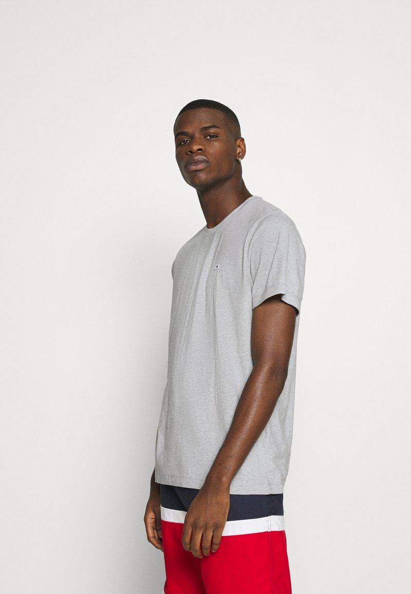 Tommy Jeans - TJM CLASSIC JERSEY C NECK - Basic T-shirt - light grey heather