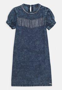 Guess - JUNIOR DRESS  - Robe en jean - cloudy blue - 0