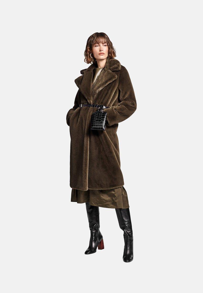 RIANI - Zimní kabát - militare