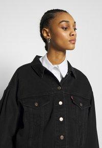 Levi's® - PLEAT SLEEVE TRUCKER - Veste en jean - black denim - 3