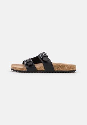 CUT OUT BUCKLE SLIDER - Pantofle - black