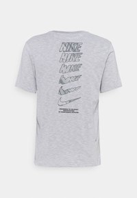 Nike Performance - DRY TEE - T-shirt con stampa - white/pewter grey - 7