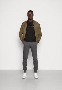Tommy Hilfiger - LOGO TEE - Camiseta estampada - black - 1