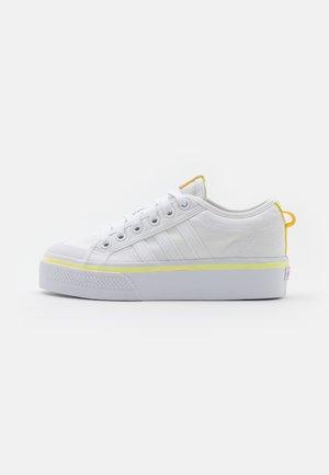 NIZZA PLATFORM  - Sneakers laag - footwear white/semi frozen yellow/shock purple