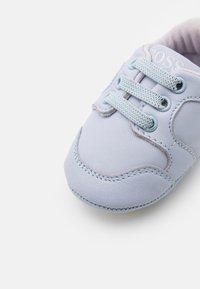 BOSS Kidswear - TRAINERS - Babyschoenen - pale blue - 5