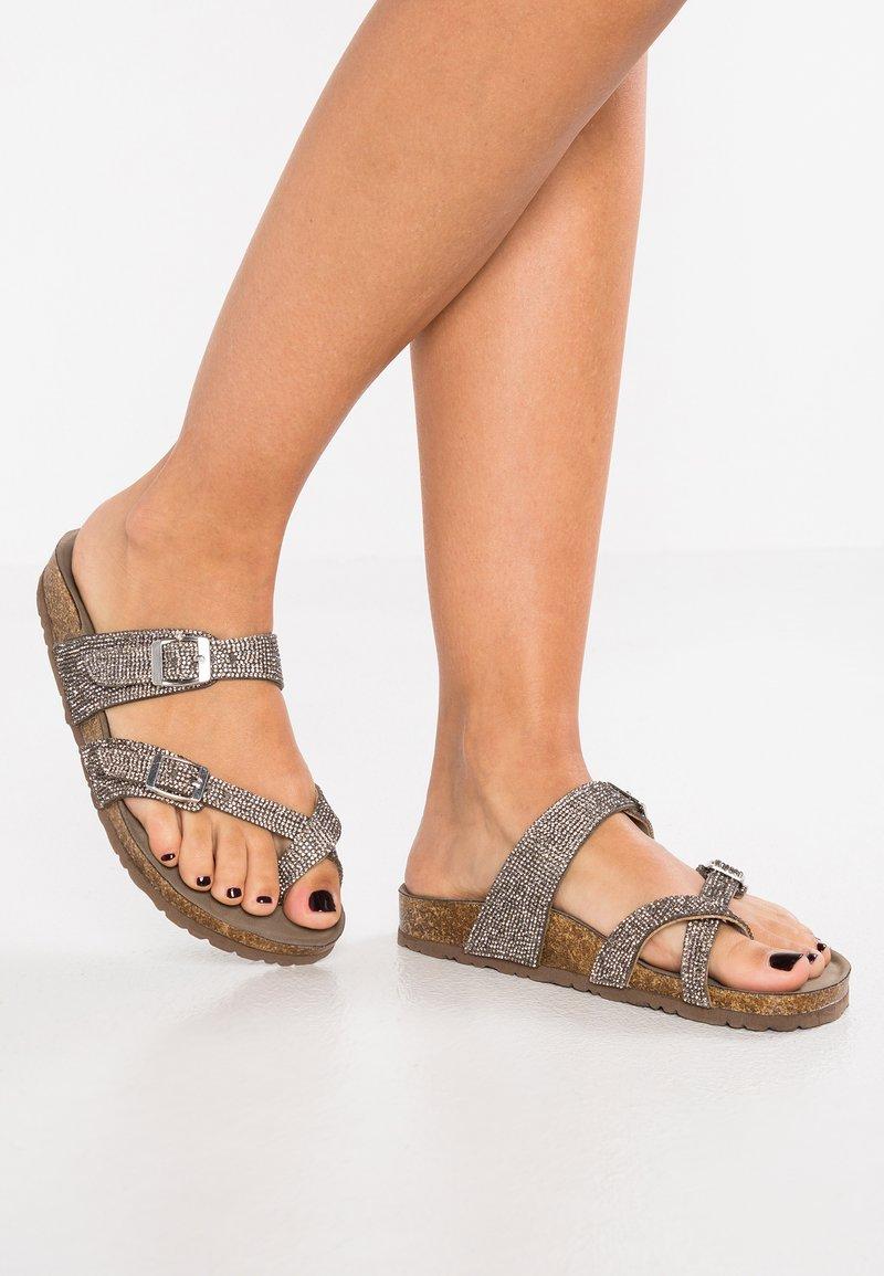 Madden Girl - BRYCEE - Sandály s odděleným palcem - pewter multicolor