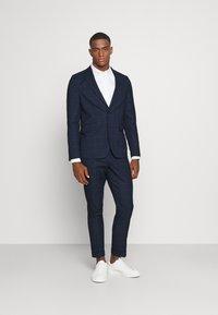 Isaac Dewhirst - BLUE CHECK - Kostym - blue - 0