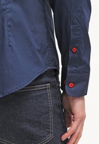 Pier One - CONTRAST BUTTON SLIMFIT - Camisa - dark blue/red - 5