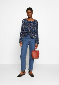 Marc O'Polo - CREW NECK LONG SLEEVED SPECIAL SIDE SEAM PRINTED - Blusa - multi/night sky - 1