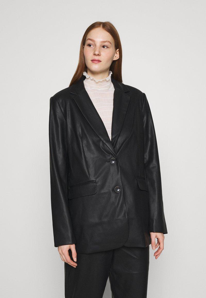 NA-KD - MATIAMU BY SOFIA - Short coat - black