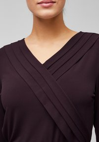 s.Oliver BLACK LABEL - MIT CACHE-COEUR-AUSSCHNITT - Long sleeved top - dark plum - 4