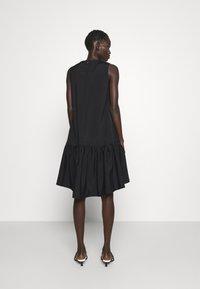 Victoria Victoria Beckham - FLOUNCE HEM SHIFT DRESS - Koktejlové šaty/ šaty na párty - black - 2