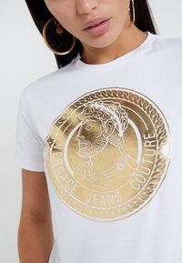 Versace Jeans Couture - Triko spotiskem - bianco ottico - 5