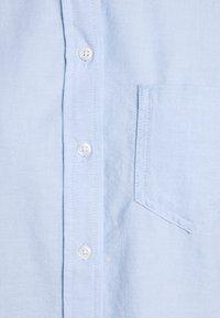 GAP Petite - V FITTED BOYFRIEND - Button-down blouse - light blue - 2
