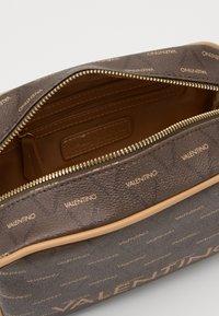 Valentino Bags - LIUTO - Kosmetická taška - brown - 2