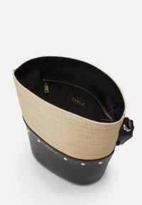 Furla - SHARE BUCKET BAG - Bolso de mano - deserto/nero - 2