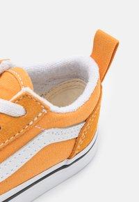 Vans - OLD SKOOL ELASTIC LACE UNISEX - Sneakers laag - golden nugget/true white - 5