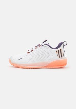 ULTRASHOT 3 - Multicourt tennis shoes - white/peach nectar/graystone