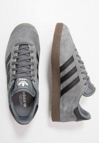 adidas Originals - GAZELLE - Sneakers basse - grey four/core black - 1