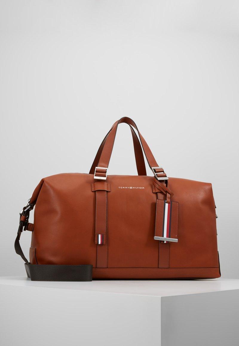 Tommy Hilfiger - CASUAL WEEKENDER - Weekend bag - brown