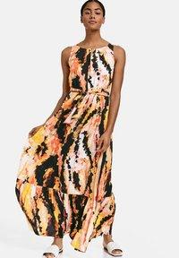 Taifun - Maxi dress - papaya gemustert - 0