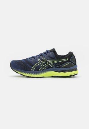 GEL-NIMBUS 23 - Neutrální běžecké boty - thunder blue/glow yellow