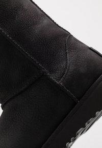 UGG - CLASSIC SHORT WP - Korte laarzen - black - 2