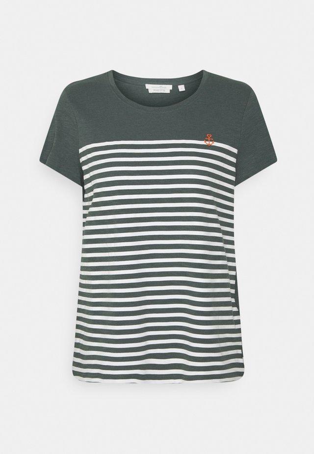 STRIPED TEE - T-shirt imprimé - dusty pine green