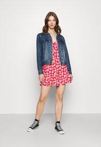 Hollister Co. - BARE DRESS - Robe en jersey - red daisy - 1