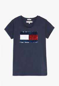 Tommy Hilfiger - FLAG FLIP SEQUINS TEE - T-shirt print - blue - 0