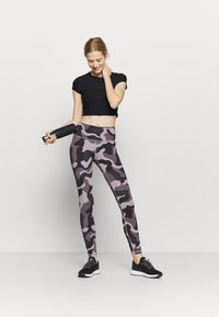 Under Armour - RUSH CAMO LEGGING - Punčochy - slate purple - 1