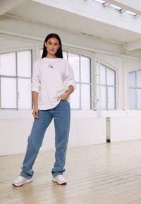 Calvin Klein Jeans - BACK GRAPHIC UNISEX - Maglietta a manica lunga - bright white - 7