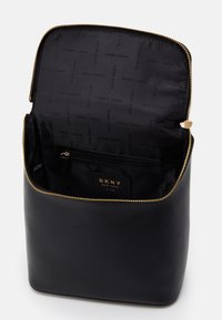 DKNY - BRYANT PARK TOTE LOGO WITH TRIM - Plecak - black/gold - 2