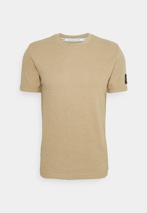 MONOGRAM BADGE WAFFLE TEE - Print T-shirt - beige
