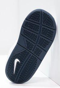 Nike Performance - PICO 4 - Scarpe da fitness - weiß/dunkelblau - 4