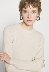 Pieces - PCBASSY O NECK - Stickad tröja - whitecap gray - 4