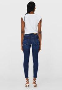 Stradivarius - TIEFEM BUND  - Jeans Skinny Fit - blue denim - 2