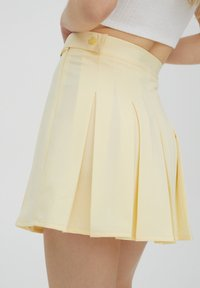 PULL&BEAR - MIT KELLERFALTEN UND SCHNALLE - Spódnica plisowana - beige - 5