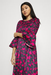 Who What Wear - SMOCKED DRESS - Day dress - slate - 3
