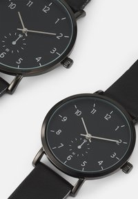 Pier One - COUPLE WATCHES GIFT SET - Hodinky - black - 3