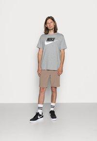 Nike Sportswear - TEE ICON FUTURA - Camiseta estampada - dark grey heather/black/white - 1