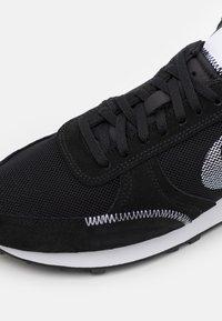 Nike Sportswear - DBREAK TYPE UNISEX - Trainers - black/white - 7