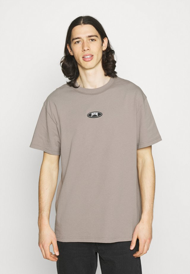 OVERLOCK DETAIL SKULL GRAPHIC - T-shirt con stampa - taupe acid wash