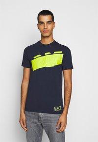 EA7 Emporio Armani - T-shirt con stampa - navy blue - 0